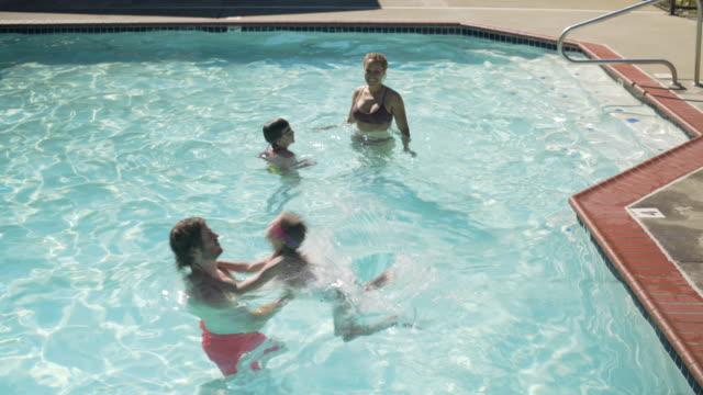 vídeos y material grabado en eventos de stock de jib shot of a girl jumping into a pool - jib shot