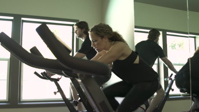 jib shot of a man and a woman exercising - jib shot stock videos & royalty-free footage
