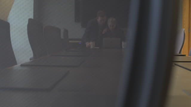 jib shot of a man and a woman talking in a conference room - jib shot stock videos & royalty-free footage