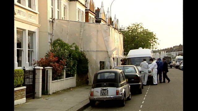 vídeos de stock, filmes e b-roll de barry george granted right to appeal lib fulham day forensic officers police tent and police officer at murder scene outside jill dando's house - jill dando