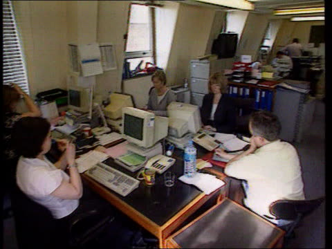vídeos de stock, filmes e b-roll de huge response to efit picture lib detectives working at desks in police incident room - jill dando