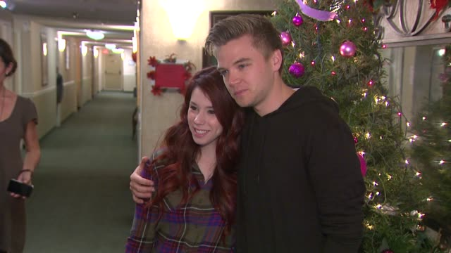 jillian rose reed & brett davern and the cast of 'awkward' led by jillian rose reed and dosomething.org get grandparents wired, 12/11/12 glendale, ca - mensch und maschine stock-videos und b-roll-filmmaterial