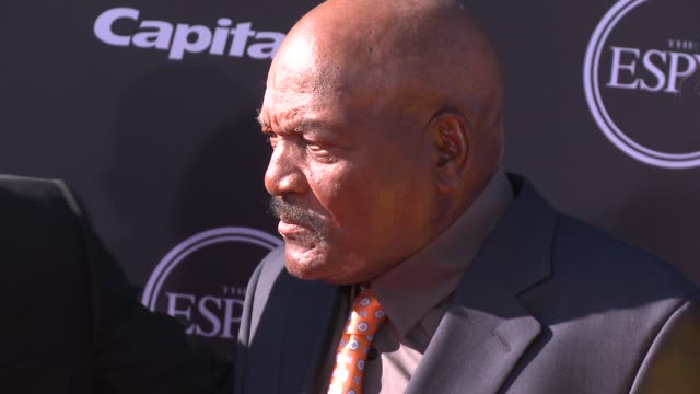 vídeos y material grabado en eventos de stock de jim brown at the 2013 espy awards on 7/17/2013 in los angeles ca - premios espy