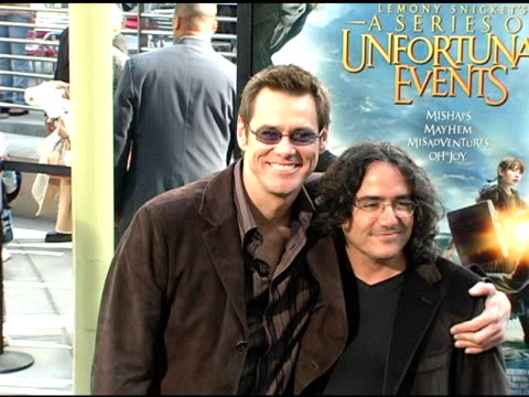 vídeos y material grabado en eventos de stock de jim carrey and brad silberling, director at the 'lemony snicket's a series of unfortunate events' world premiere at the cinerama dome at arclight... - arclight cinemas hollywood