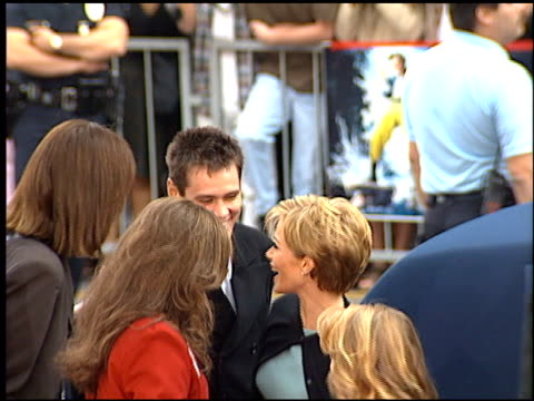 stockvideo's en b-roll-footage met jim carrey at the dedication of jim carrey's footprints at grauman's chinese theatre in hollywood, california on november 2, 1995. - mann theaters