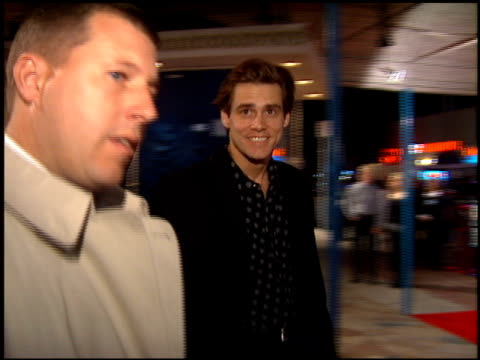 jim carrey at the 'interview with the vampire' premiere at the mann village theatre in westwood california on november 9 1994 - レジェンシービレッジシアター点の映像素材/bロール