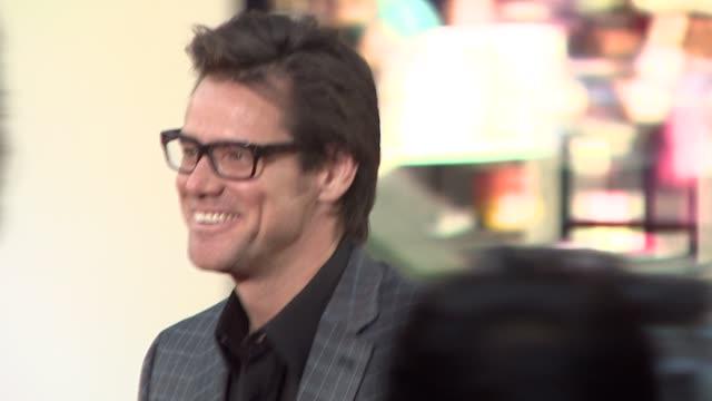 jim carrey at the 'the hangover' premiere at hollywood ca - una notte da leoni video 2009 video stock e b–roll