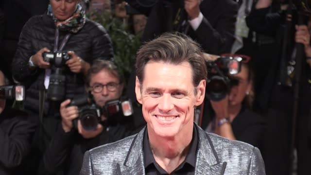 jim carrey being a clown as usual on the red carpet of jim andy the great beyond at 2017 venice film festival venice italy 5th september 2017 - jim carrey bildbanksvideor och videomaterial från bakom kulisserna