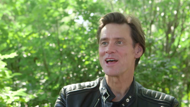 interview jim carrey chris smith on references to the mask in the film at 'jim andy the great beyond the story of jim carrey andy kaufman featuring a... - jim carrey bildbanksvideor och videomaterial från bakom kulisserna