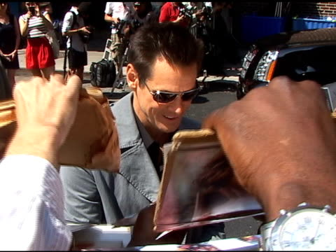 vídeos y material grabado en eventos de stock de jim carrey is mobbed by autograph seekers as he departs the 'late show with david letterman' in new york 06/15/11 - autografiar