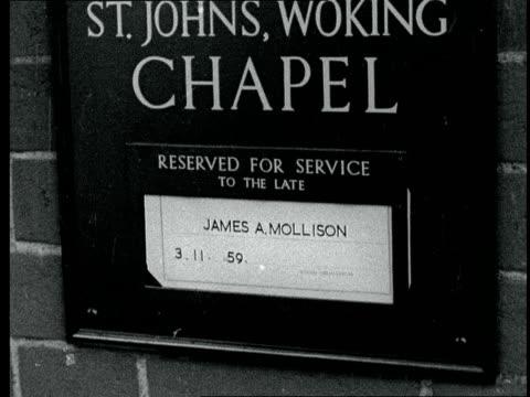 jim mollison's funeral england woking st john's crematorium cu sign james mollison ms coffin lifted from hearse ms coffin carried into crematorium cu... - pompe funebri video stock e b–roll