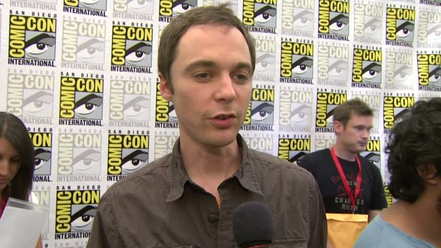 jim parsons on being at comiccon at the comiccon 2009 'big bang theory' press line at san diego ca - jim parsons stock videos and b-roll footage