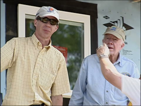 wgn jimmy carter helps build a house with habitat for humanity on july 5 2005 - jimmy carter präsident stock-videos und b-roll-filmmaterial