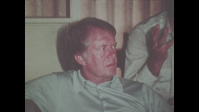 jimmy carter sits with his family and campaign advisors no sound available - 1976 bildbanksvideor och videomaterial från bakom kulisserna
