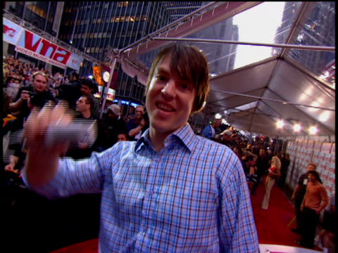 vídeos de stock e filmes b-roll de jimmy eat world is attending the 2002 mtv video music awards red carpet. - 2002