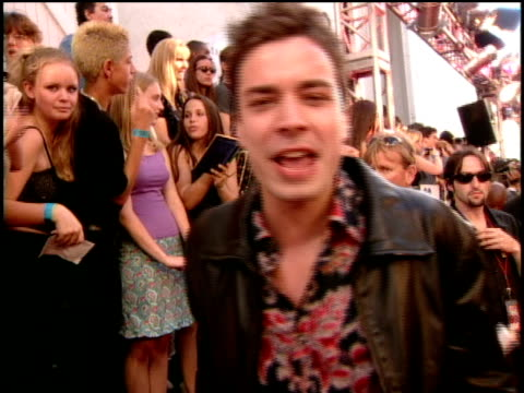 jimmy fallon is singing autographs on the red carpet of the 2000 mtv movie awards - jimmy fallon stock videos and b-roll footage