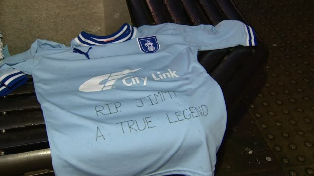 jimmy hill dies aged 87; ricoh arena: ext scarves and tributes at base of jimmy hill statue at coventry city fc shirt with tribute 'rip jimmy a true... - リチャード・パロット点の映像素材/bロール