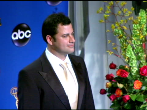 vídeos y material grabado en eventos de stock de jimmy kimmel, presenter of outstanding directing for a variety, music or comedy program at the 2004 primetime emmy awards press room at the shrine... - premio emmy anual primetime
