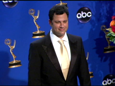 stockvideo's en b-roll-footage met jimmy kimmel, presenter of outstanding directing for a variety, music or comedy program at the 2004 primetime emmy awards press room at the shrine... - jimmy kimmel