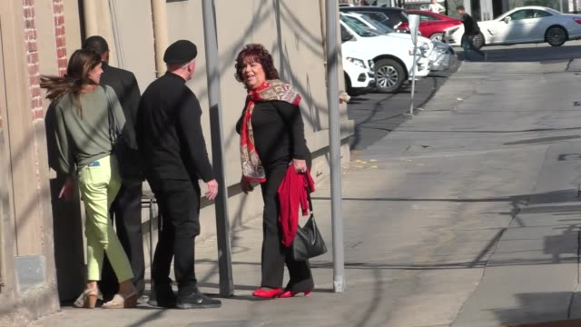 vidéos et rushes de jimmy kimmel's aunt chippy outside jimmy kimmel live in hollywood in celebrity sightings in los angeles - tante
