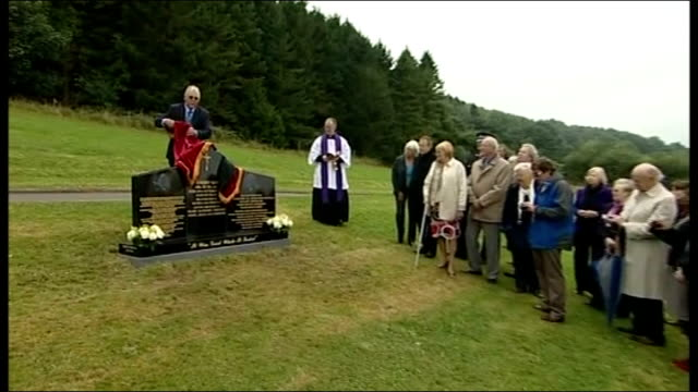 jimmy savile abuse allegations 20912 ext jimmy savile memorial unveiled at woodlands cemetery - 英国スカーブラ点の映像素材/bロール