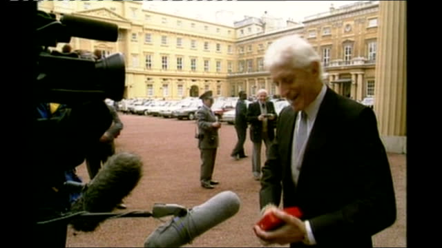 1990 england london buckingham palace ext saville along to press at time of receiving award scarborough ext jimmy savile memorial unveiled at... - 英国スカーブラ点の映像素材/bロール