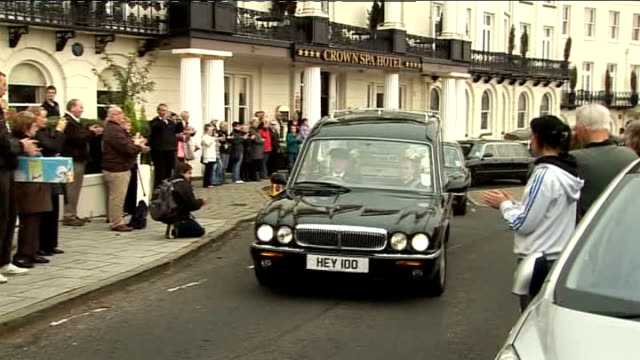 jimmy savile abuse allegations lib ext jimmy savile funeral cortege leaving hotel - ジミー サヴィル点の映像素材/bロール
