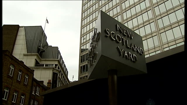 family speak out london ext 'new scotland yard' revolving sign - itv weekend lunchtime news点の映像素材/bロール