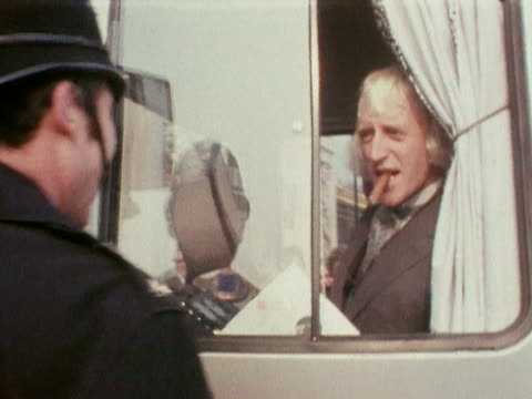 jimmy saville arrives at buckingham palace to collect his obe in a camper van 1972 - ジミー サヴィル点の映像素材/bロール