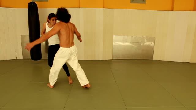 vídeos de stock, filmes e b-roll de garota jiujitsu - karate