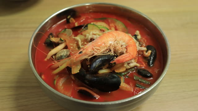 jjamppong (spicy seafood noodles) / gunsan city, jeollabuk-do province, south korea - 麺点の映像素材/bロール