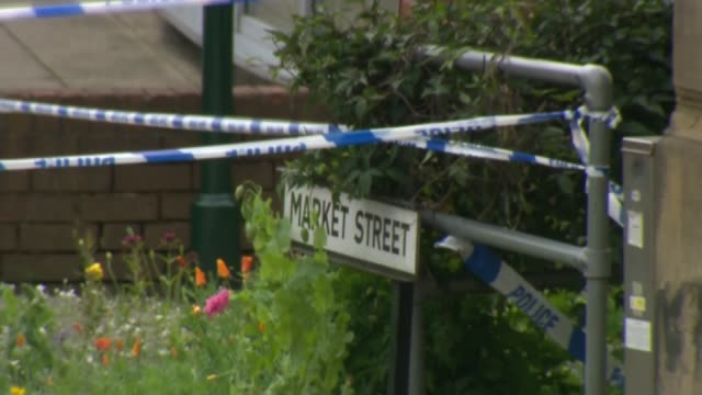 crime scene / people laying floral tributes england west yorkshire birstall ext forensic officers and police tape cordons at crime scene / sign... - jo cox politikerin stock-videos und b-roll-filmmaterial