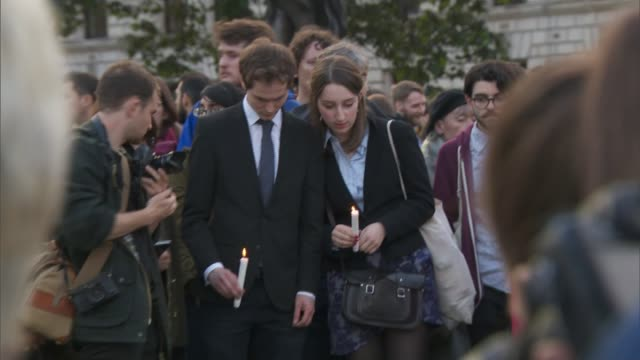 family pay tribute / thomas mair appears in court london westminster various shots of people attending vigil opposite houses of parliament some... - 仮設追悼施設点の映像素材/bロール