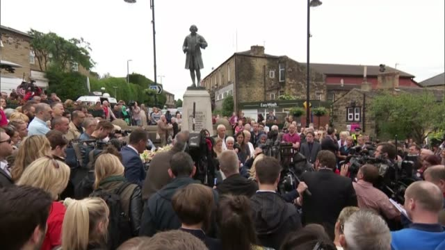 family pay tribute / thomas mair appears in court various of fazila aswat assistant to jo cox looking at tributes message attached to flowers laid... - thomas mair stock videos and b-roll footage