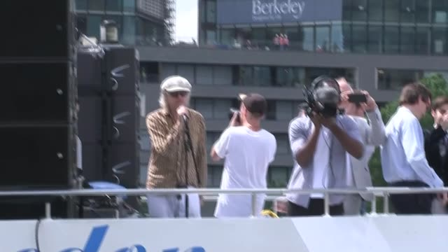 legacy of her humanitarian work lib / t15061627 river thames ext bob geldof speaking through sound system from boat sot nigel you're a fraud/ - jo cox politikerin stock-videos und b-roll-filmmaterial