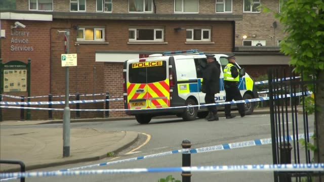reaction in birstall, wapping and westminster; england: west yorkshire: birstall: ext people laying floral tributes / police van and police tape... - jo cox politikerin stock-videos und b-roll-filmmaterial