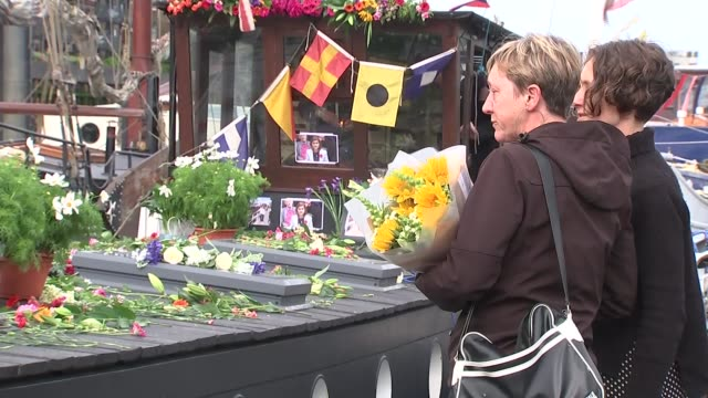 vidéos et rushes de reaction in birstall, wapping and westminster; upset people laying floral tributes on boat - meurtre