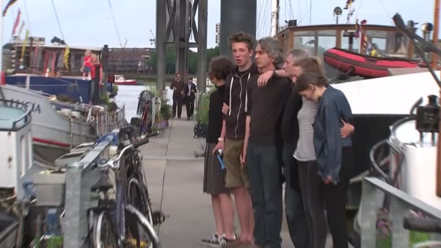 reaction in birstall, wapping and westminster; upset people standing arm-in-arm on quayside / people sounding horns in memory of jo cox sot /... - jo cox politikerin stock-videos und b-roll-filmmaterial