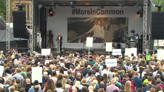 thousands pay tribute to mark her 42nd birthday england london trafalgar square ext wide shot of crowd of people observing silence during rally in... - jo cox politikerin stock-videos und b-roll-filmmaterial