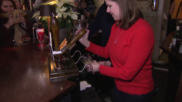 jo swinson pouring a pint of ale in st albans - pulling stock videos & royalty-free footage