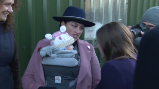 jo swinson talking to a mother and her baby on the liberal democrat campaign trail - 英自由民主党点の映像素材/bロール
