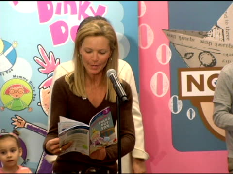 vídeos y material grabado en eventos de stock de joan allen speed reading 'pinky dinky doo' at the new national literacy campaign 'get ready to read' introduced by 'noggin' at barnes noble columbus... - ortografia