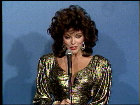 stockvideo's en b-roll-footage met joan collins at the 1986 emmy awards at the pasadena civic auditorium in pasadena, california on september 21, 1986. - emmy awards