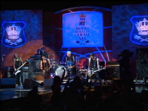 vidéos et rushes de joan jett & the blackhearts at the the 18th annual race to erase co-chaired by nancy davis and tommy hilfiger at los angeles ca. - président d'organisation