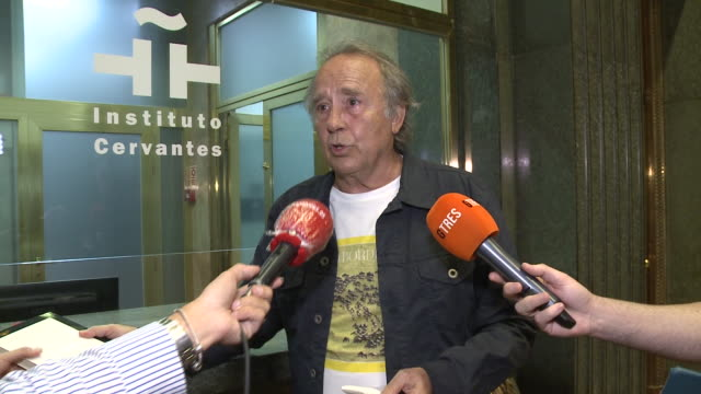 joan manuel serrat leaves the tribute to mario benedetti event in instituto cervantes - tribute event stock videos & royalty-free footage