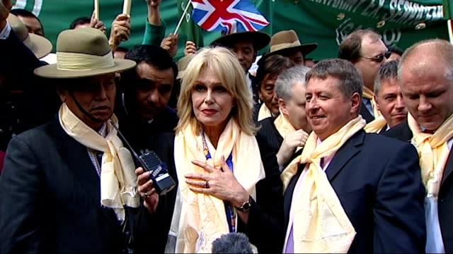vídeos y material grabado en eventos de stock de joanna lumley with gurkha protestors **smith making announcement in house of commons heard sot** joanna lumley other campaigners and gurkha veterans... - gurkha