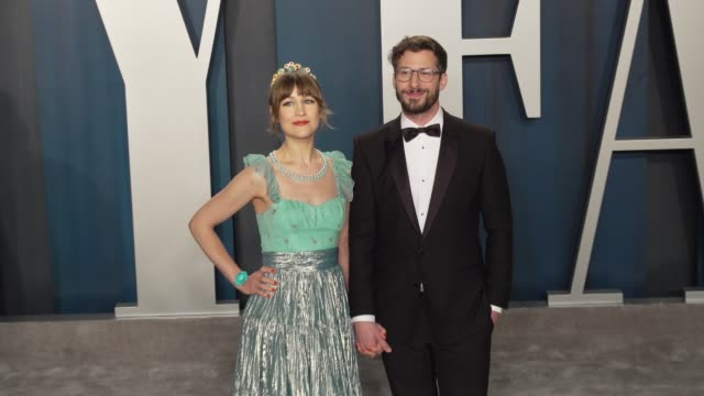 vidéos et rushes de joanna newsom and andy samberg at vanity fair oscar party at wallis annenberg center for the performing arts on february 09 2020 in beverly hills... - vanity fair