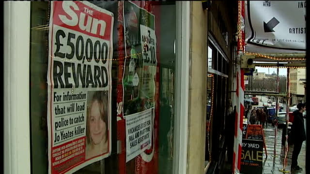 vidéos et rushes de police investigation continues; the sun newspaper posters in shop windows offering fifty thousand pound reward for information about joanna yeates... - panneau d'information