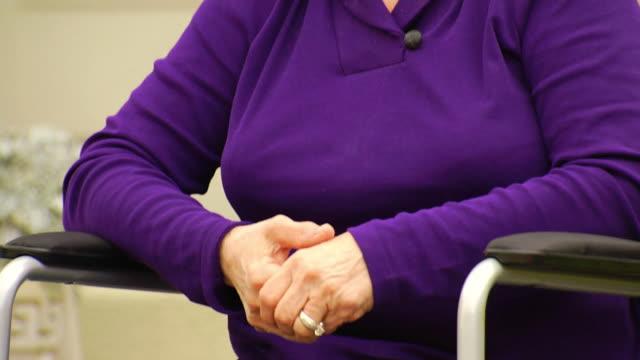 vídeos de stock e filmes b-roll de joan de cadeira de rodas tristeza - paralisia