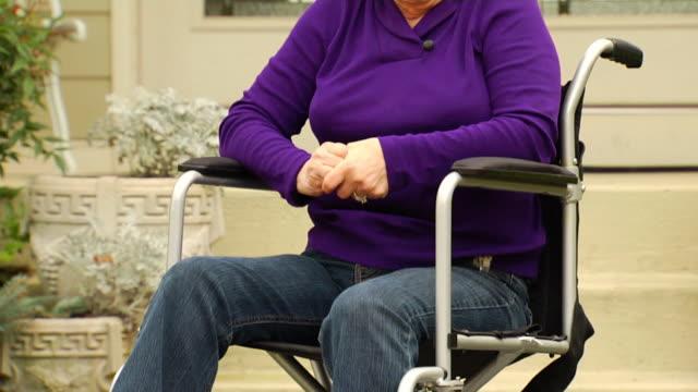 vídeos de stock e filmes b-roll de joan de cadeira de rodas tristeza em 1 - paralisia